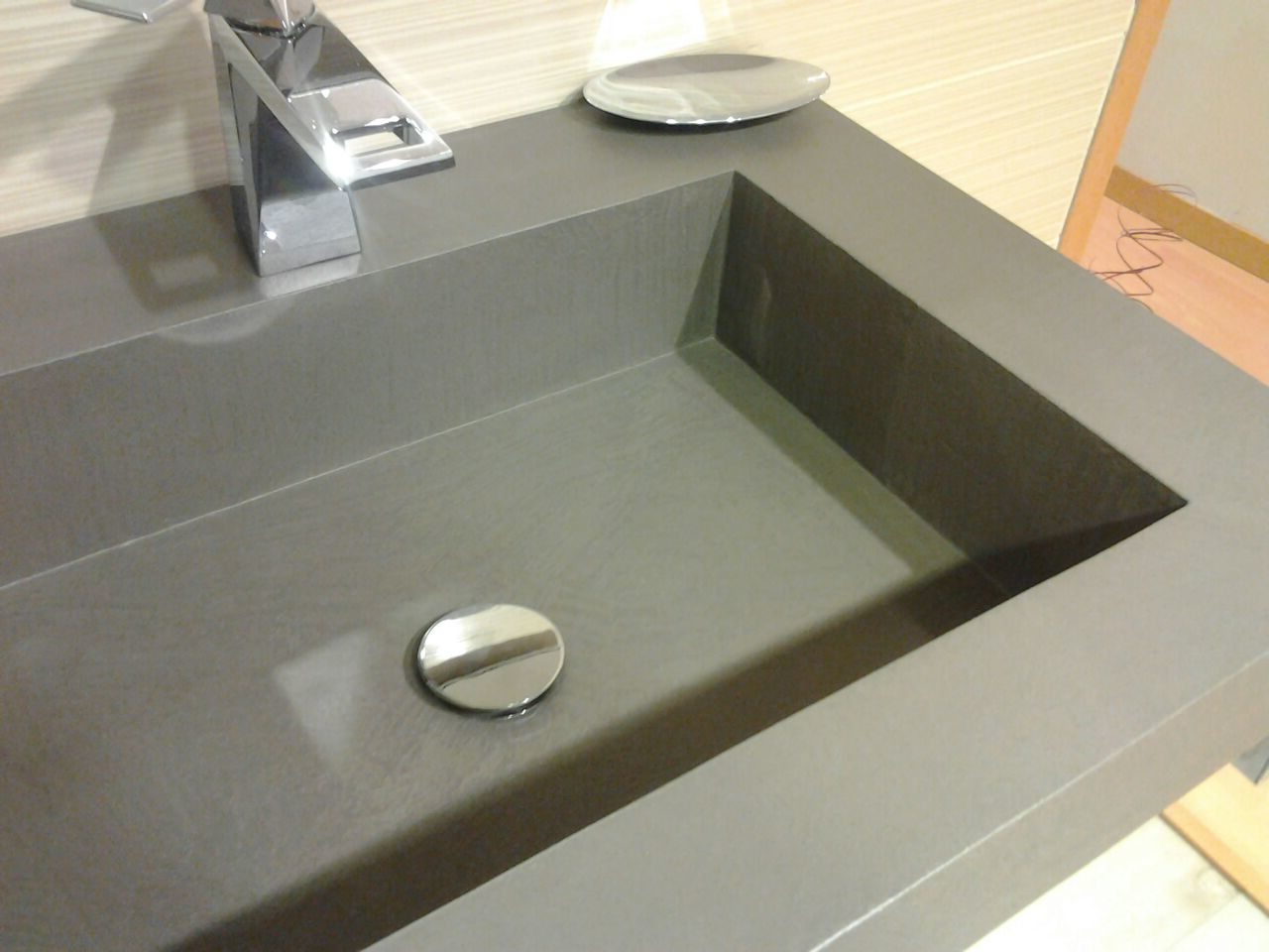La RESIWORLD fornisce al cliente un'assistenza attenta e qualificata per i lavori in Sardegna: bagno in biomalta, lavabi in biomalta, cucina in biomalta